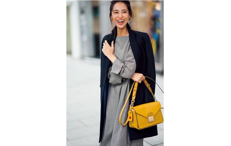 【4】黒コート×グレーワンピース×黄バッグ