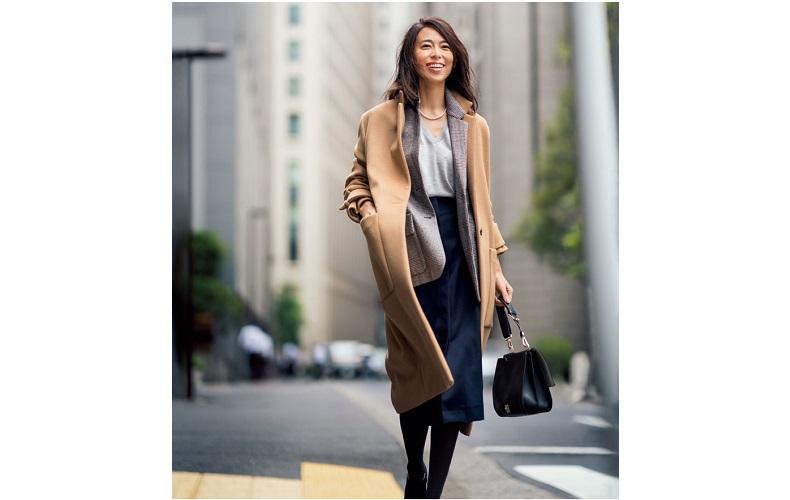 【7】グレーVネックニット×黒スカート×ベージュコート