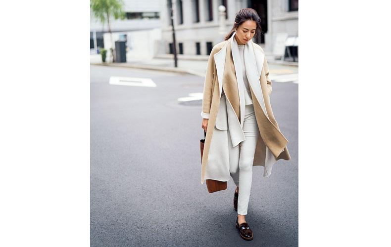 【2】コート×白ニット×GAPの白スキニーパンツ×黒の靴