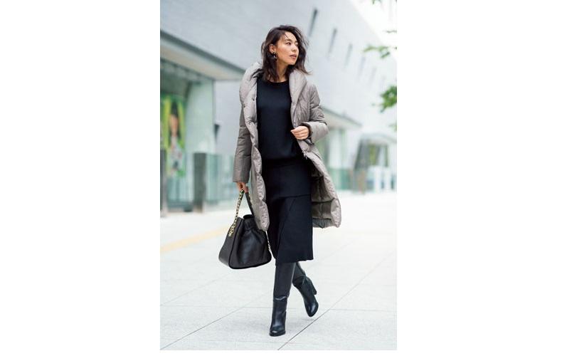 【7】グレーダウンコート×黒ニット×ブーツ×黒ロングスカート