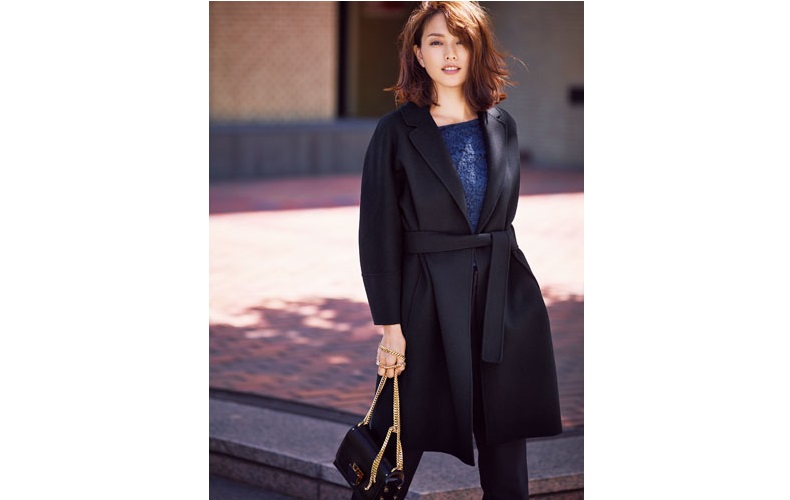 【8】黒コート×青カットソー×黒パンツ×ジミーチュウのバッグ
