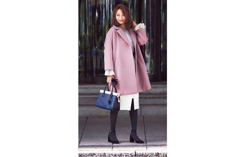【5】ピンクコート×白スカート×黒パンプス×タイツ