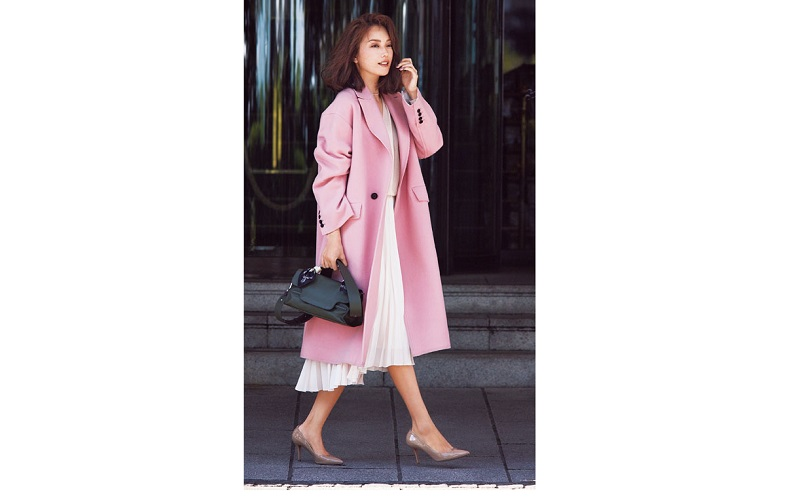 【1】ピンクのコート×膝下プリーツスカート