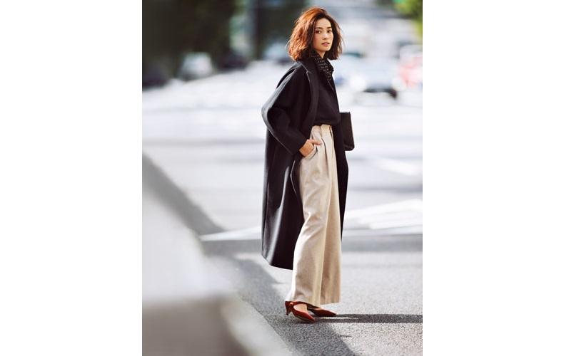 【3】黒シャツ×ベージュワイドパンツ×黒コート