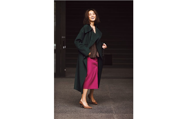 【5】緑コート×茶色ブラウス×ピンクタイトスカート×茶色パンプス
