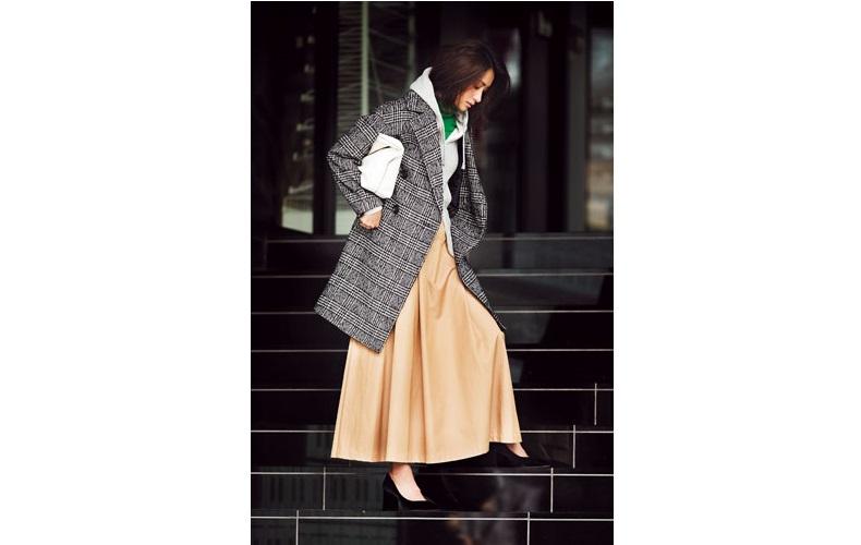 【1】ベージュロングスカート×緑ニット×チェックコート