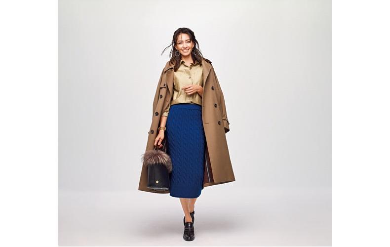 【1】茶色トレンチコート×青タイトスカート×ベージュシャツ