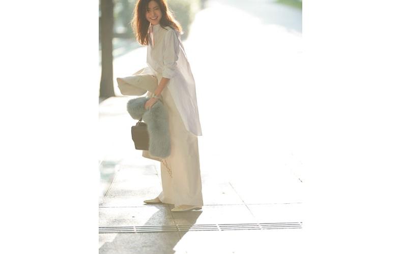 白コート×白ワイドパンツ×ロング白シャツの白コーデ