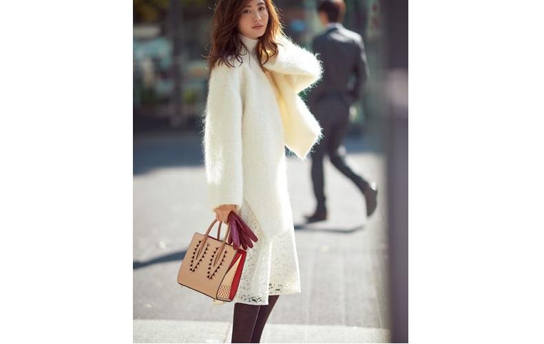 【7】白コート×レースの白タイトスカート×白タートルネックニット