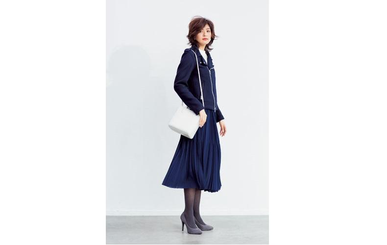 【6】白ニット×ネイビープリーツスカート×青ライダースジャケット