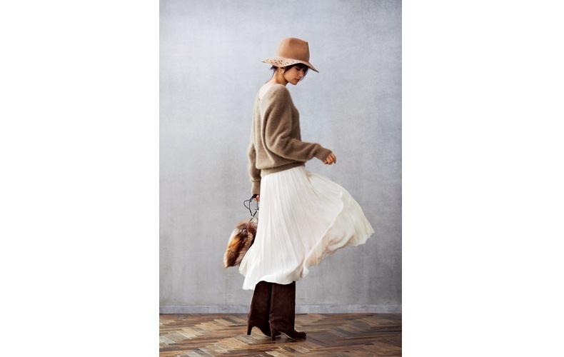 【2】ベージュニット×白プリーツスカート
