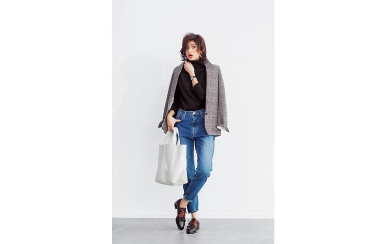 【6】チェックジャケット×黒ニット×ジーンズ×カジュアルな革靴
