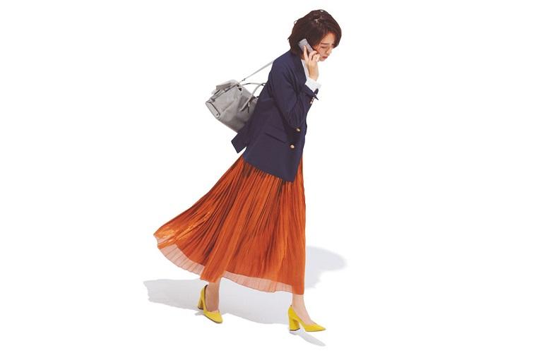 【5】白ニット×紺ジャケット×茶プリーツロングスカート×黄色パンプス