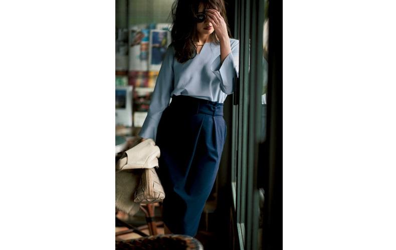 【4】ベージュコート×水色ブラウス×ネイビータイトスカート