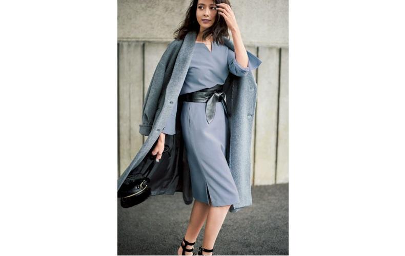 【1】水色ブラウス×水色タイトスカート×グレーチェスターコート