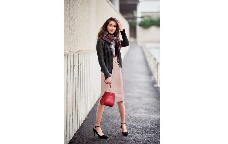 【8】チェックストール×ピンクタイトスカート×黒ライダースジャケット