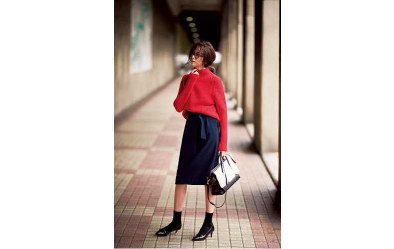 【3】赤ニット×ネイビータイトスカート×黒パンプス×黒靴下