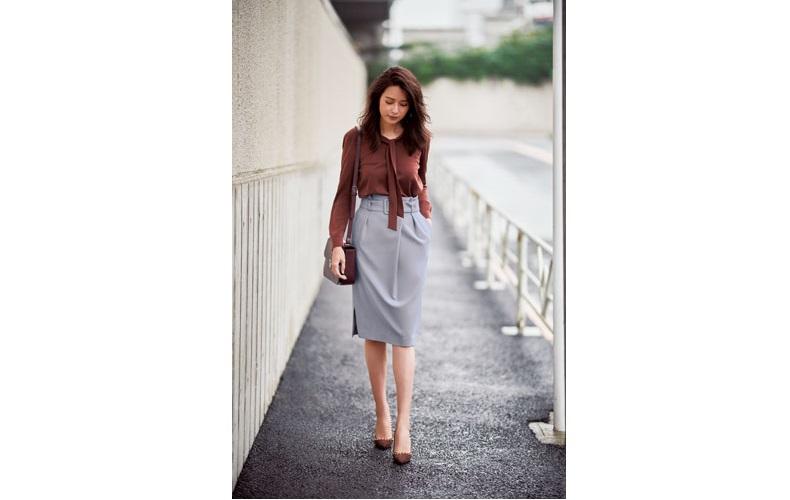 【4】茶色ブラウス×水色タイトスカート×茶色パンプス
