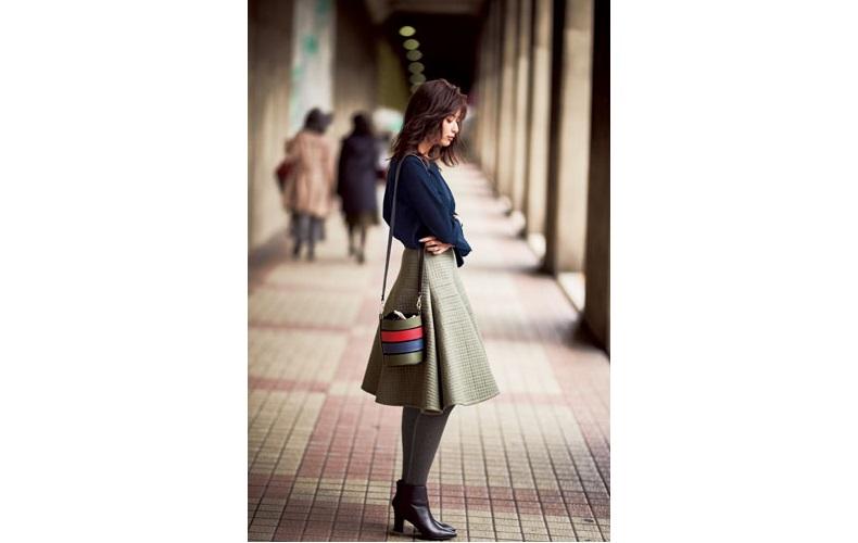 【8】ネイビーブラウス×カーキフレアスカート×黒ショートブーツ
