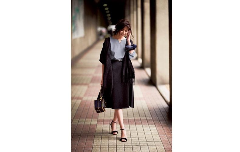 【1】ブラウス×ひざ丈の黒スカート