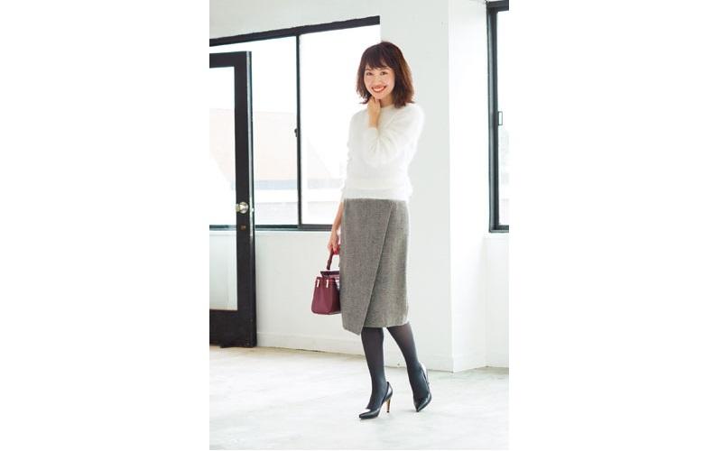 【2】ひざ丈のタイトスカート×白ニット