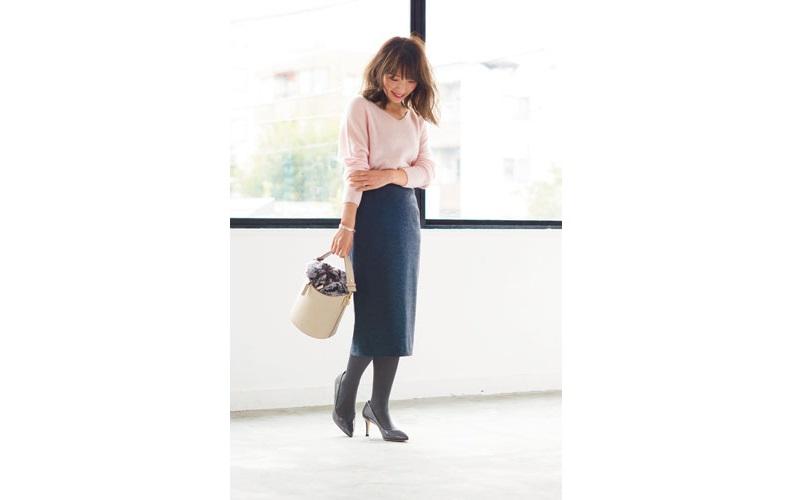 【3】ピンクニット×ネイビータイトスカート