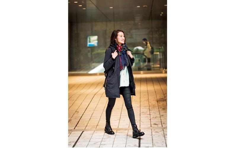 【2】白カーディガン×黒パンツ×黒コート