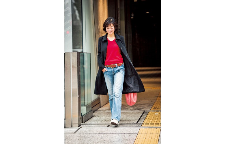 【4】赤ニット×デニムパンツ×黒ステンカラーコート