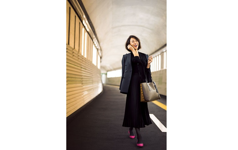 【4】ピンクの靴×黒プリーツスカート×黒タイツ