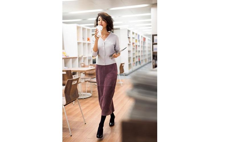 【1】紫ロングタイトスカート×白カーディガン