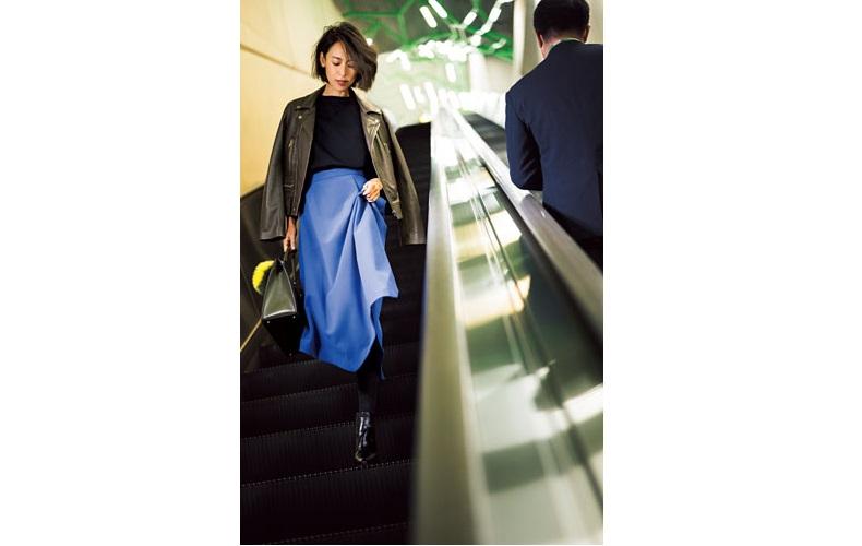 ブルーのフレアスカート×こげ茶ライダースジャケット