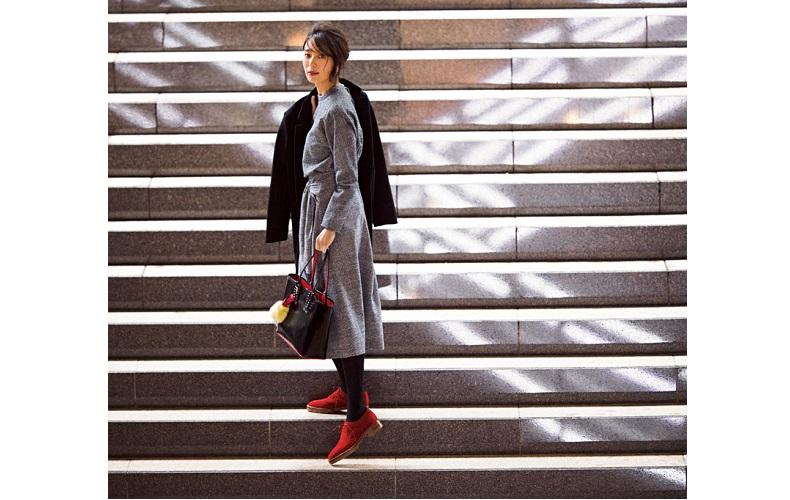 【6】プルオーバー×スカート×クリスチャンルブタンのバッグ