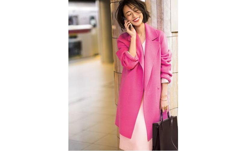 【2】ピンクのコート×ピンクのスカートの通勤コーデ