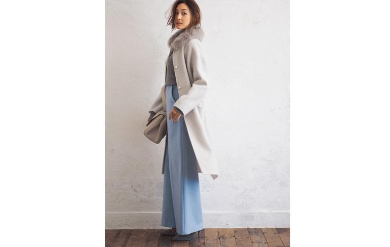 【1】グレーのニット×グレーのファー付きコート
