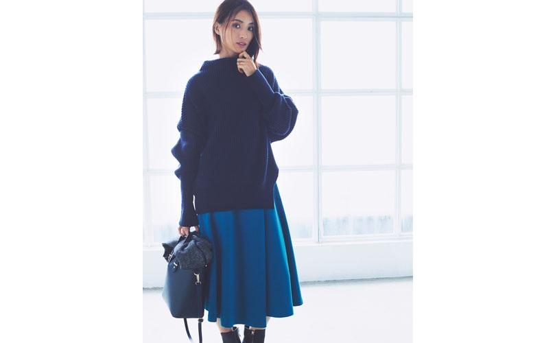 【1】ざっくり青ニット×ブーツ×青フレアスカート