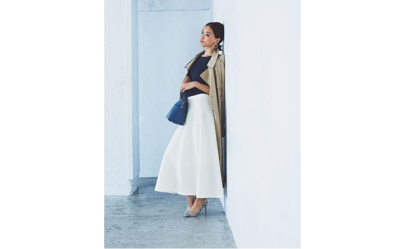 【4】ベージュトレンチコート×黒ニット×白ロングスカート