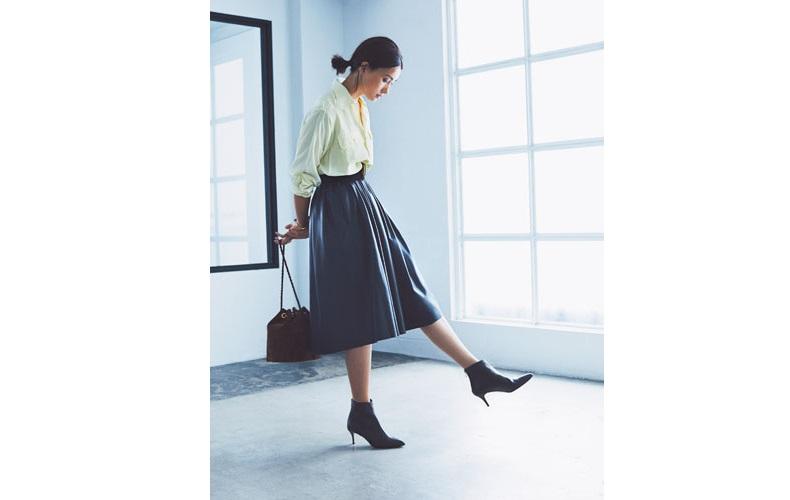 【11】黄色シャツ×グレーフレアスカート×黒ショートブーツ