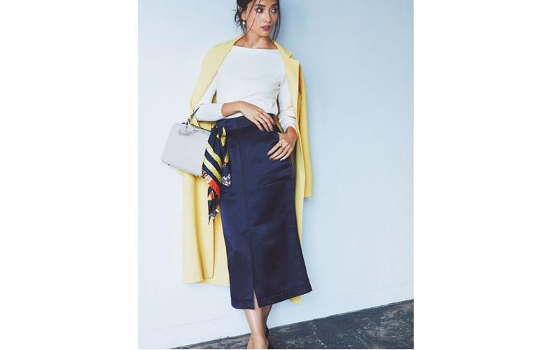 【10】白カットソー×黄色コート×ネイビータイトロングスカート