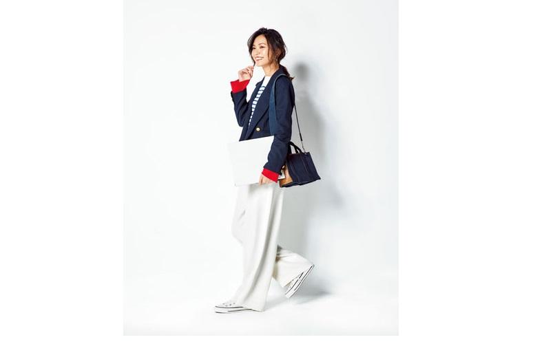 【1】紺ジャケット×ボーダーカットソー×白ワイドパンツ×白スニーカー