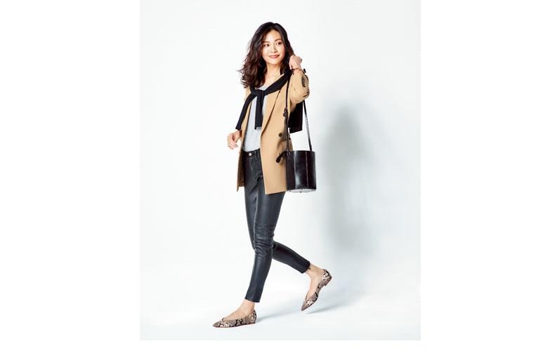 【1】レザーのスキニーパンツ×キャメルのジャケット