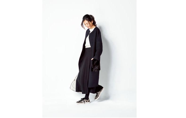 【9】白プルオーバー×黒コート×黒フレアロングスカート