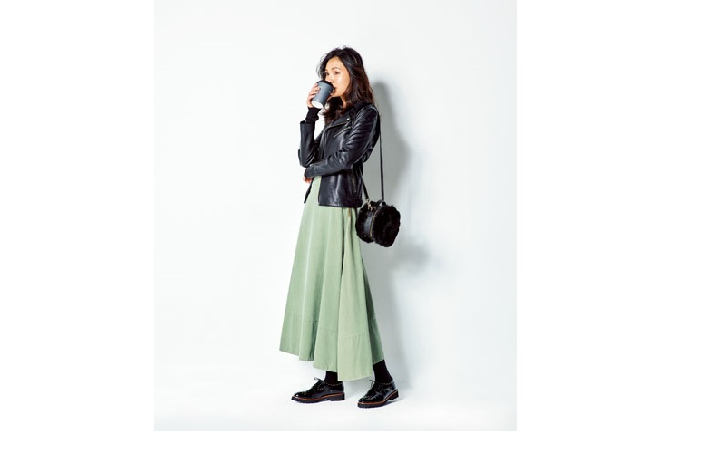 【3】カーキロングフレアスカート×黒ライダースジャケット