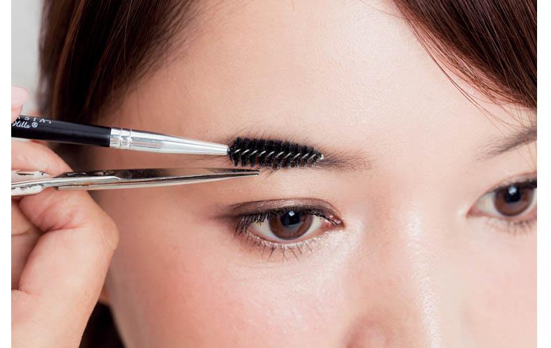 はみ出た眉毛は〝撫でつけカット〟で「美眉」に
