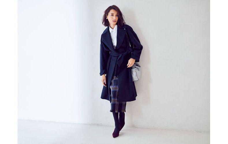 【3】ネイビーコート×白シャツ×チェックロングスカート