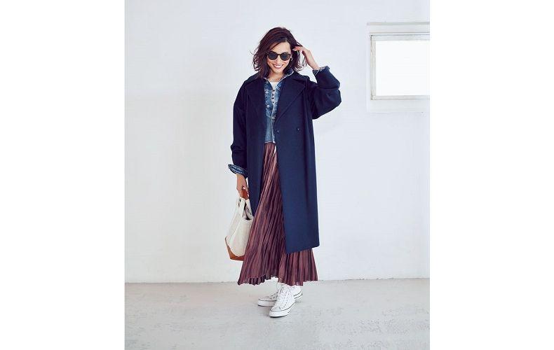 【1】ネイビーコート×茶プリーツロングスカート×白スニーカー