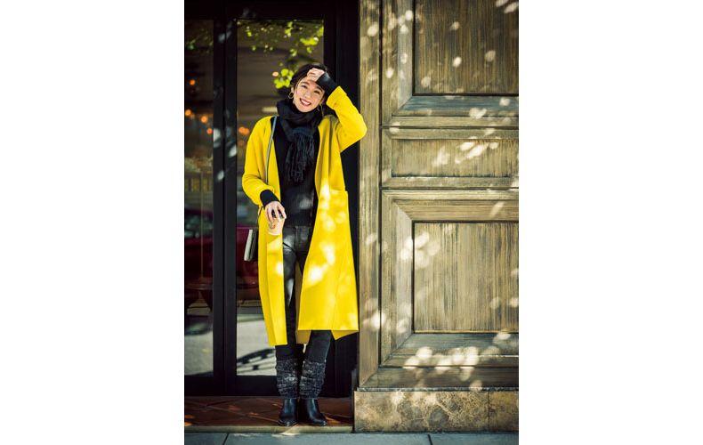 【1】黒ニット×黒デニムパンツ×黄色コート