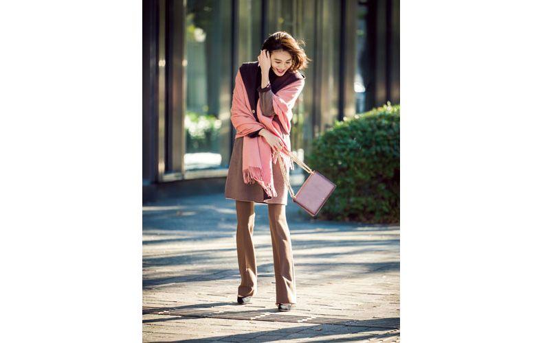 【6】ピンクストール×黒ニット×茶色ズボン