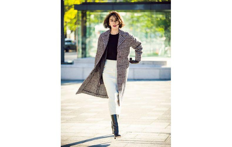 【3】チェックコート×黒ニット×白ロングスカート