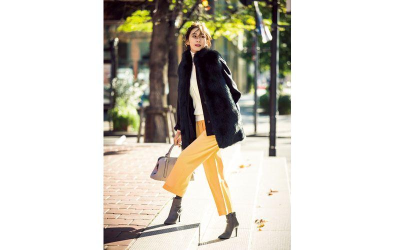 【10】黒コート×黄色ワイドパンツ×白タートルネックニット