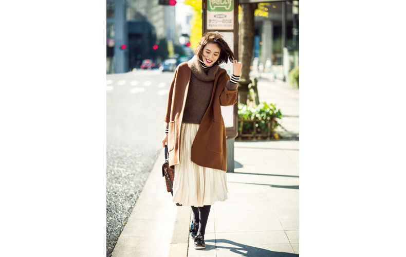 【1】茶色コート×茶色ニット×白スカート×カジュアルな革靴